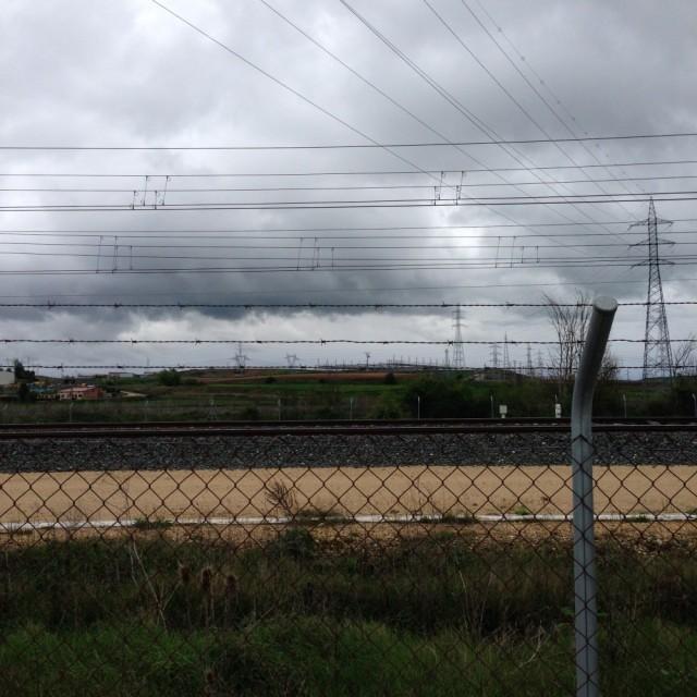 À saída de Burgos: desvios pela lama, linha ferroviária. Disse o hospitalero este adágio --